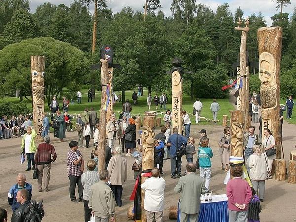фото ЗакС политика Активисты собирают подписи за восстановление разрушенных вандалами идолов в Сосновке