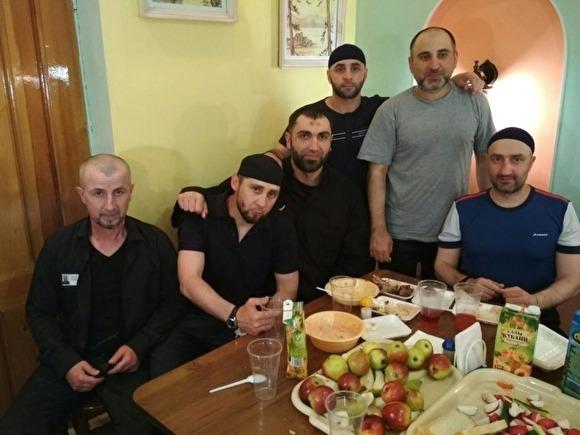 фото ЗакС политика В сети появилось фото тюремного застолья с участием убийцы Немцова: ФСИН начала проверку