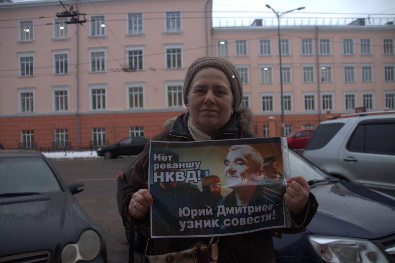 "фото ЗакС политика ""Нет реваншу НКВД"": В Карелии пикетировали в защиту историка Дмитриева"