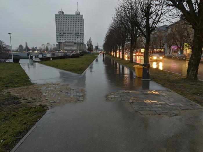 """фото ЗакС политика В Калининграде рабочие """"изысканно"""" подлатали асфальт, заложив его тротуарной плиткой"""