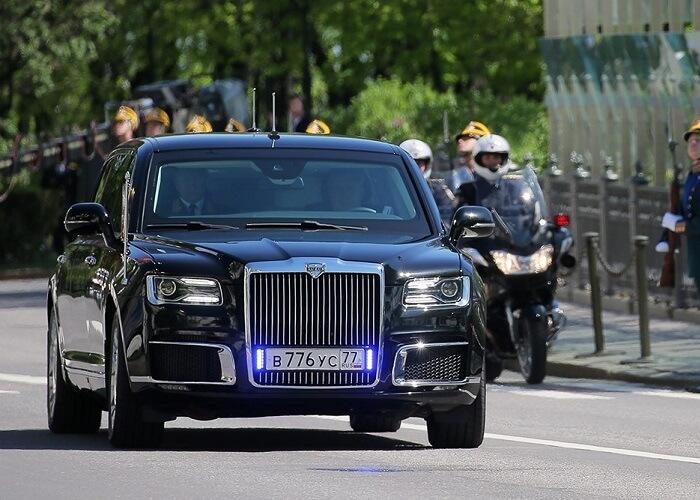 """фото ЗакС политика Сотни человек желают получить отечественный """"лимузин Путина"""""""