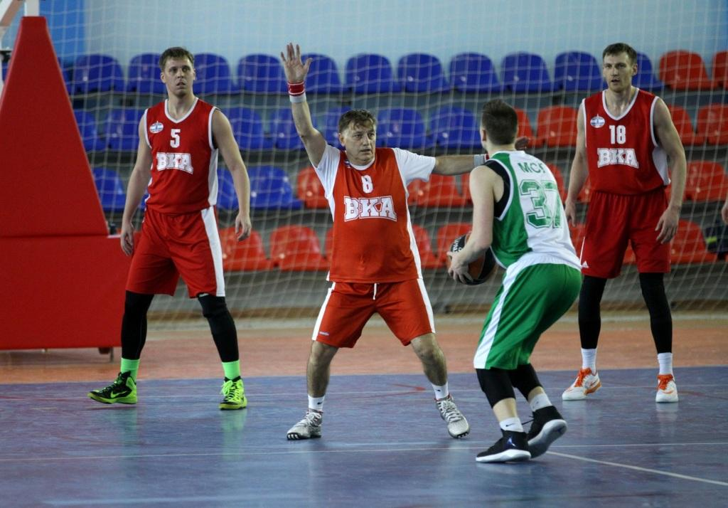 Полтавченко и Макаров обыграли волонтеров в баскетбольном матче