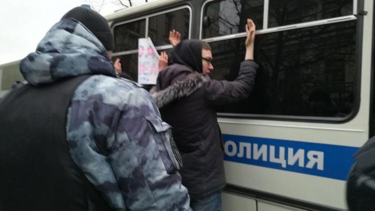 фото ЗакС политика На столичном шествии антифашистов задержали не менее 6 человек