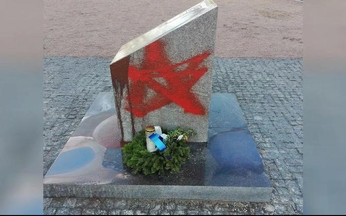 фото ЗакС политика Полиция ищет вандалов, испортивших краской финские надгробия в Приморске