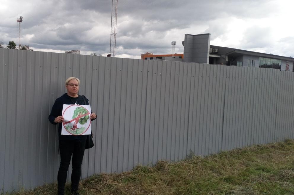 фото ЗакС политика Защитница Муринского парка пикетирует против вырубки деревьев