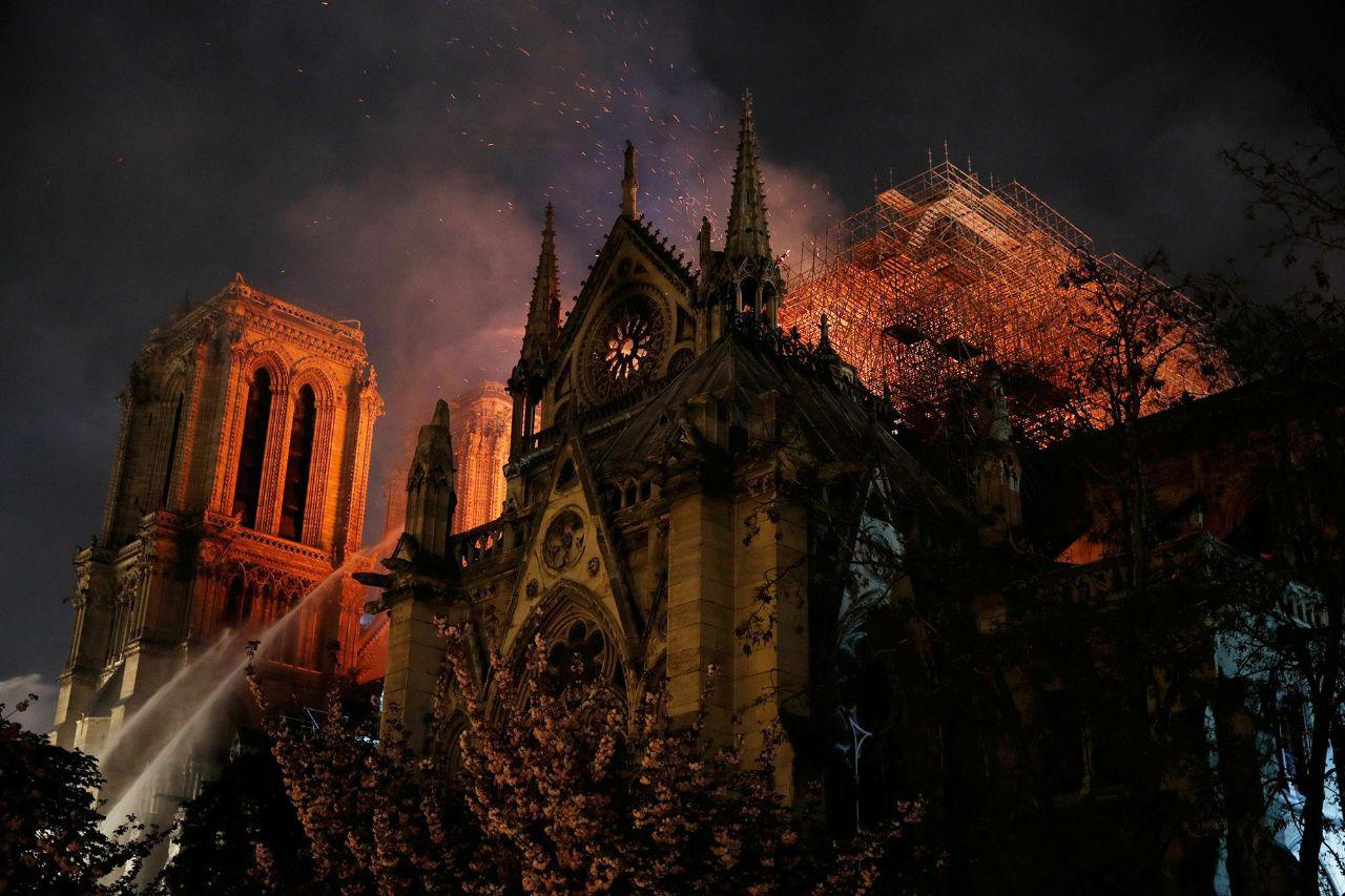 "фото ЗакС политика ""Бесконечное горе и головокружительное чувство потери"": во Франции горел Нотр-Дам-де-Пари"