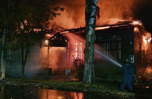 фото ЗакС политика В Новой Ладоге полностью выгорело историческое здание