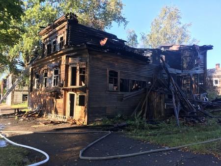 фото ЗакС политика В Новой Ладоге сгорел исторический памятник - деревянный дом Протодьяконовой