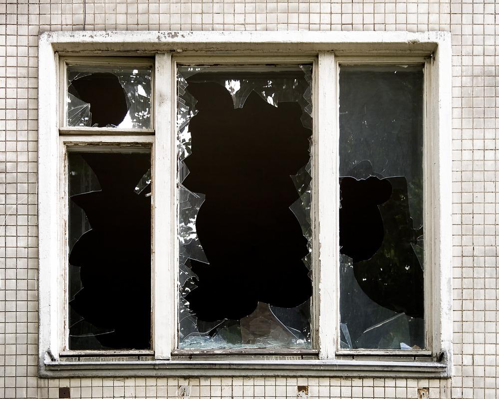 фото ЗакС политика Под Калининградом после критики в адрес местного мэра неизвестные разбили окна в квартире активиста