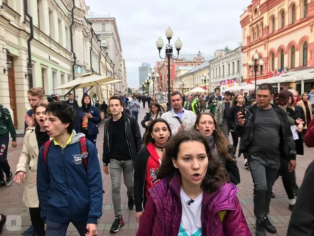 """фото ЗакС политика Столичные протестующие решили прогуляться по Старому Арбату, скандируя """"Долой власть"""""""