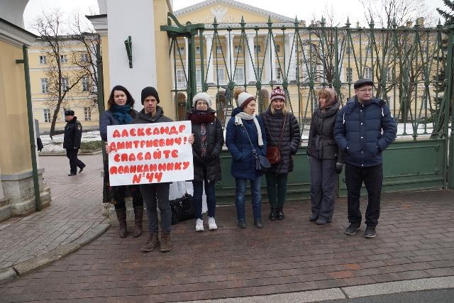 фото ЗакС политика Беглов успокоил пикетировавших против закрытия 44-й поликлиники: Никуда она не переедет