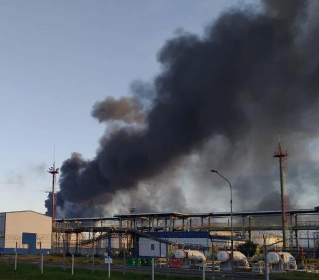"""фото ЗакС политика В Ленобласти пожарные тушат пламя на нефтеперерабатывающем заводе """"Кинеф"""""""