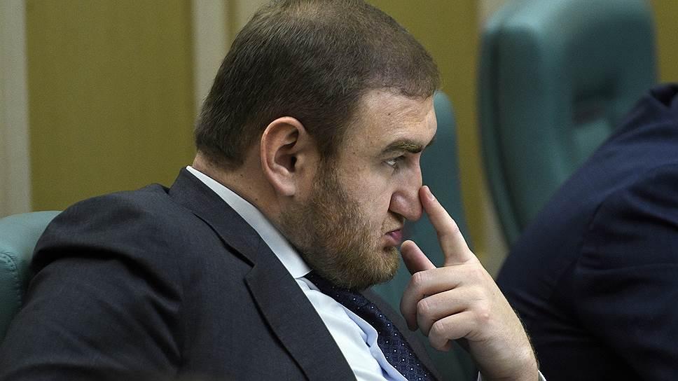 фото ЗакС политика Экс-сенатору Арашукову и его отцу продлили арест до конца сентября