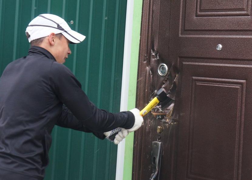 фото ЗакС политика Минюст разрешит судебным приставам выламывать двери в квартиры должников