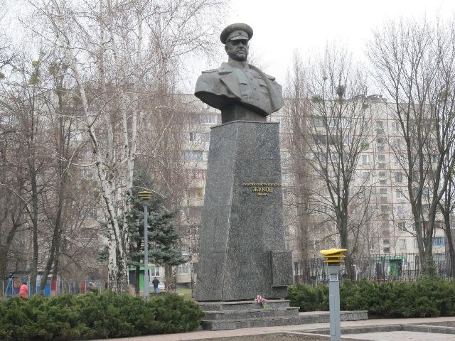 фото ЗакС политика Бюст Жукова водрузили на его законное место в Харькове