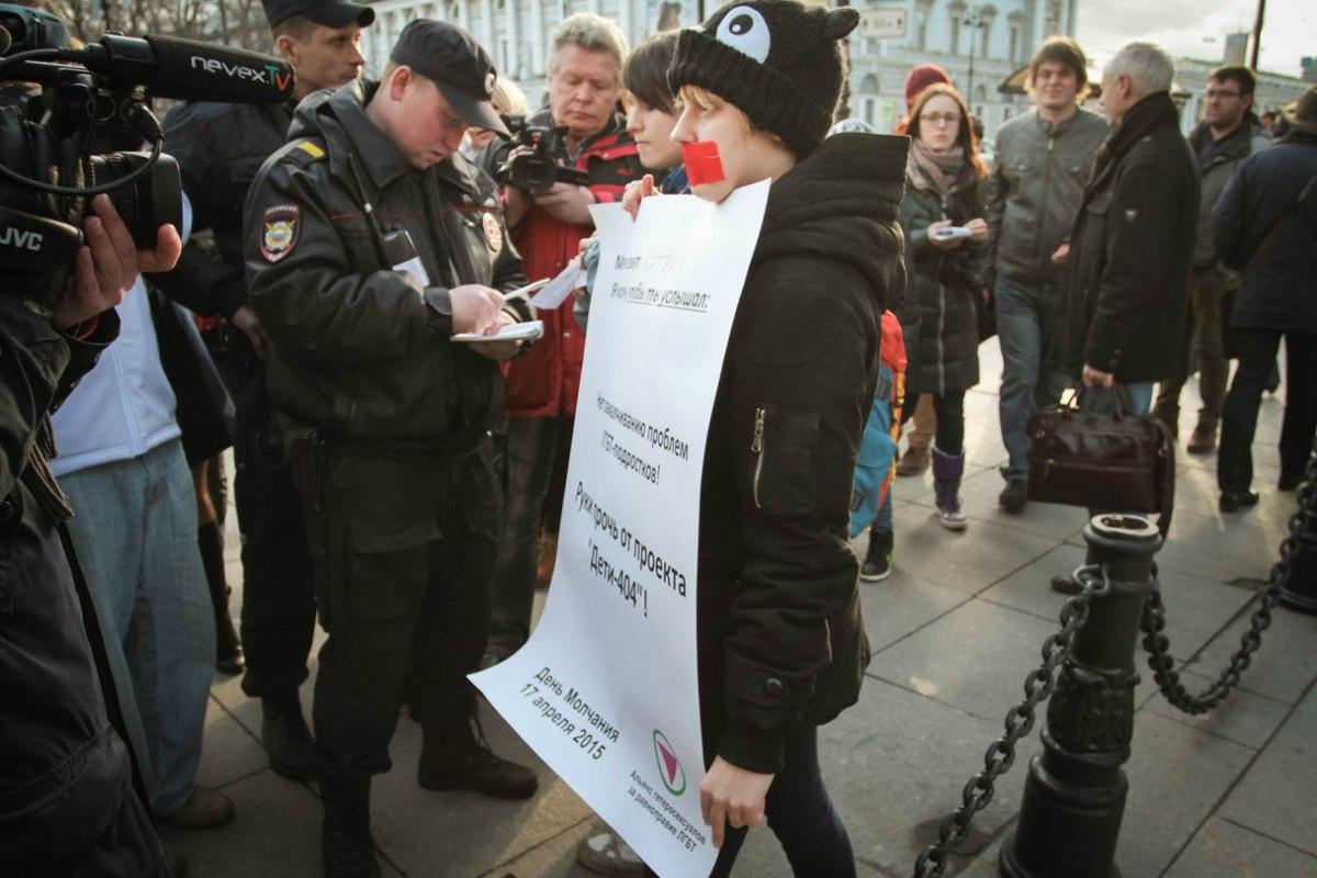 фото ЗакС политика Задержанных на Невском активистов повезли в отдел полиции