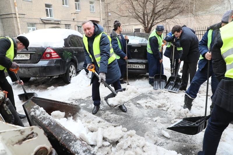 фото ЗакС политика Смольный готовится к зиме и заказывает вывоз снега со своей территории