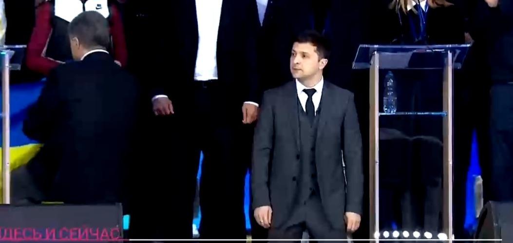 "фото ЗакС политика Зеленский и Порошенко встали на колени во время дебатов на стадионе ""Олимпийский"" в Киеве"