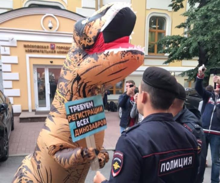 """фото ЗакС политика """"Динозавр"""" вышел в пикет за регистрацию оппозиционных кандидатов на выборах в Мосгордуму"""