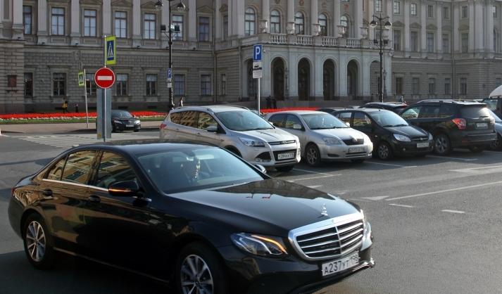фото ЗакС политика Депутаты Сестрорецка арендуют автомобиль с водителем за миллион рублей