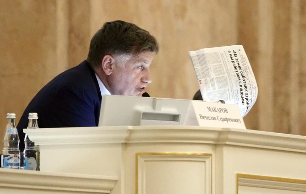 фото ЗакС политика Макарову торжественно передали флешку с проектом бюджета на 2020 год