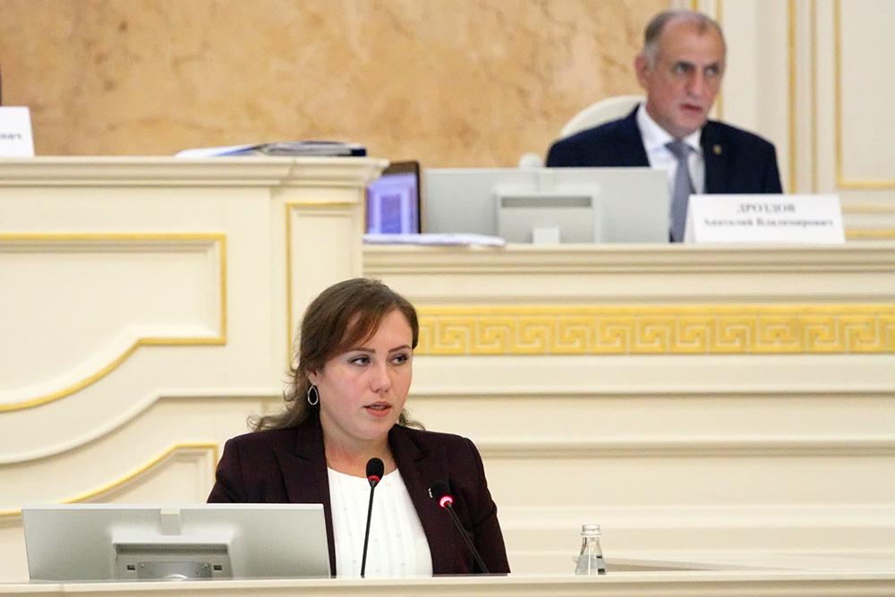 фото ЗакС политика Депутат ЗакСа Назарова подарила молодежи агитконцерт на деньги налогоплательщиков