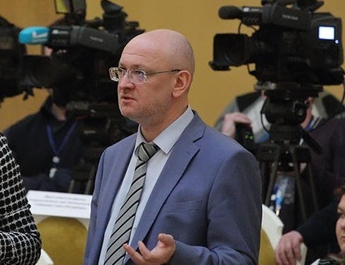 фото ЗакС политика Несмотря на ухудшение здоровья, депутат Резник пришел на заседание ЗакСа