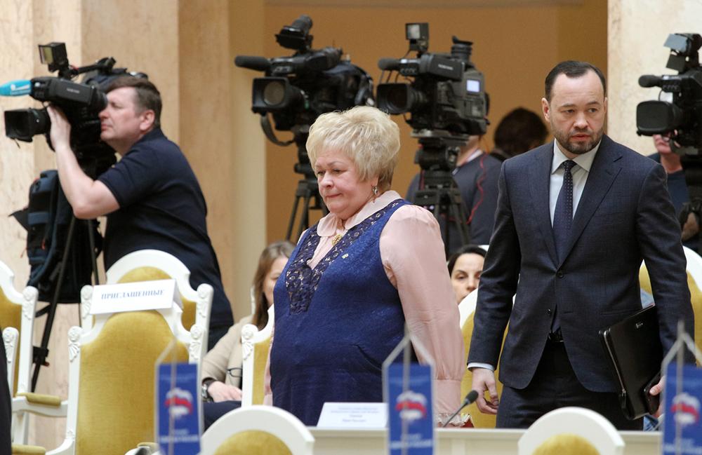фото ЗакС политика Активисты борются с кондиционером в окне приемной Щербаковой