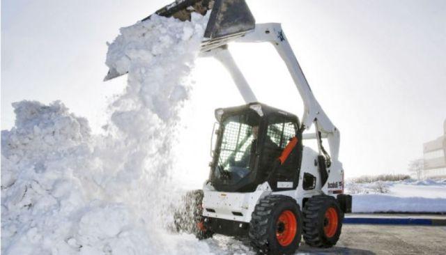 фото ЗакС политика Улицы Петербурга убирают песком с солью после сильного снегопада