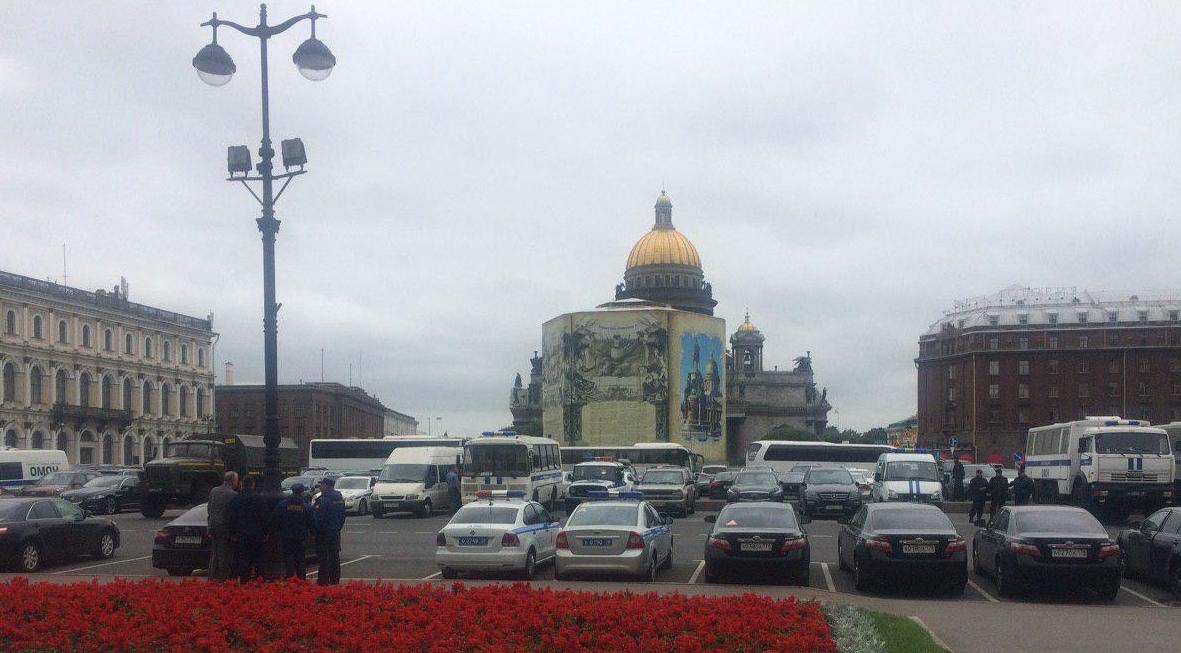 фото ЗакС политика Полиция и ОМОН собрались на Исаакиевской площади