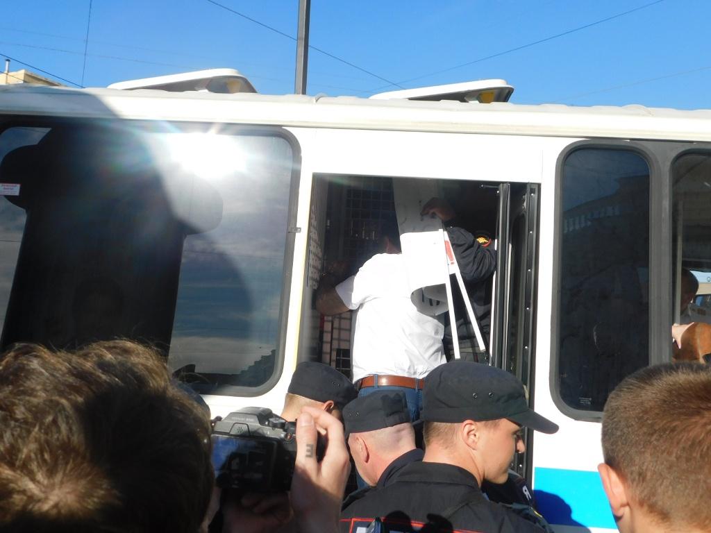 фото ЗакС политика Задержанного у Гостиного двора активиста из суда вернули в полицию