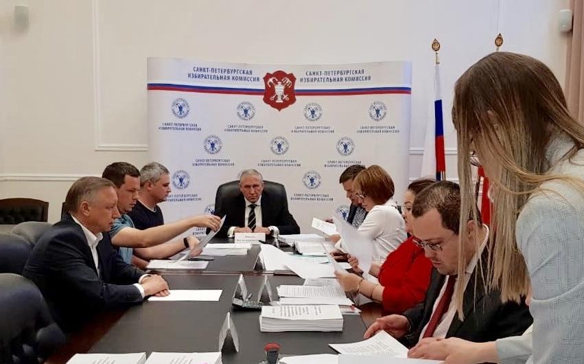 фото ЗакС политика Беглов сдал в Горизбирком подписи муниципалов и горожан