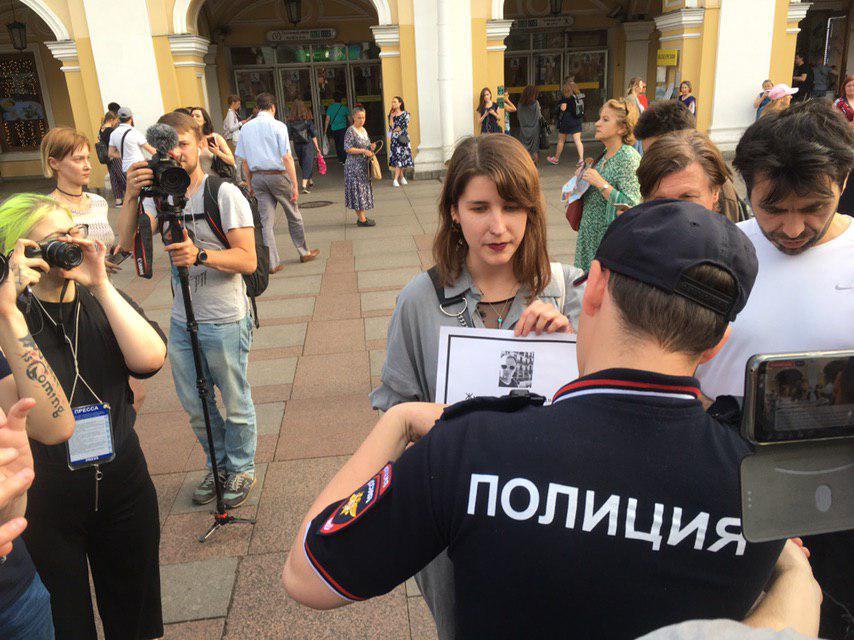 """фото ЗакС политика Полиция записывает паспортные данные участников пикетов в поддержку журналиста """"Медузы"""""""
