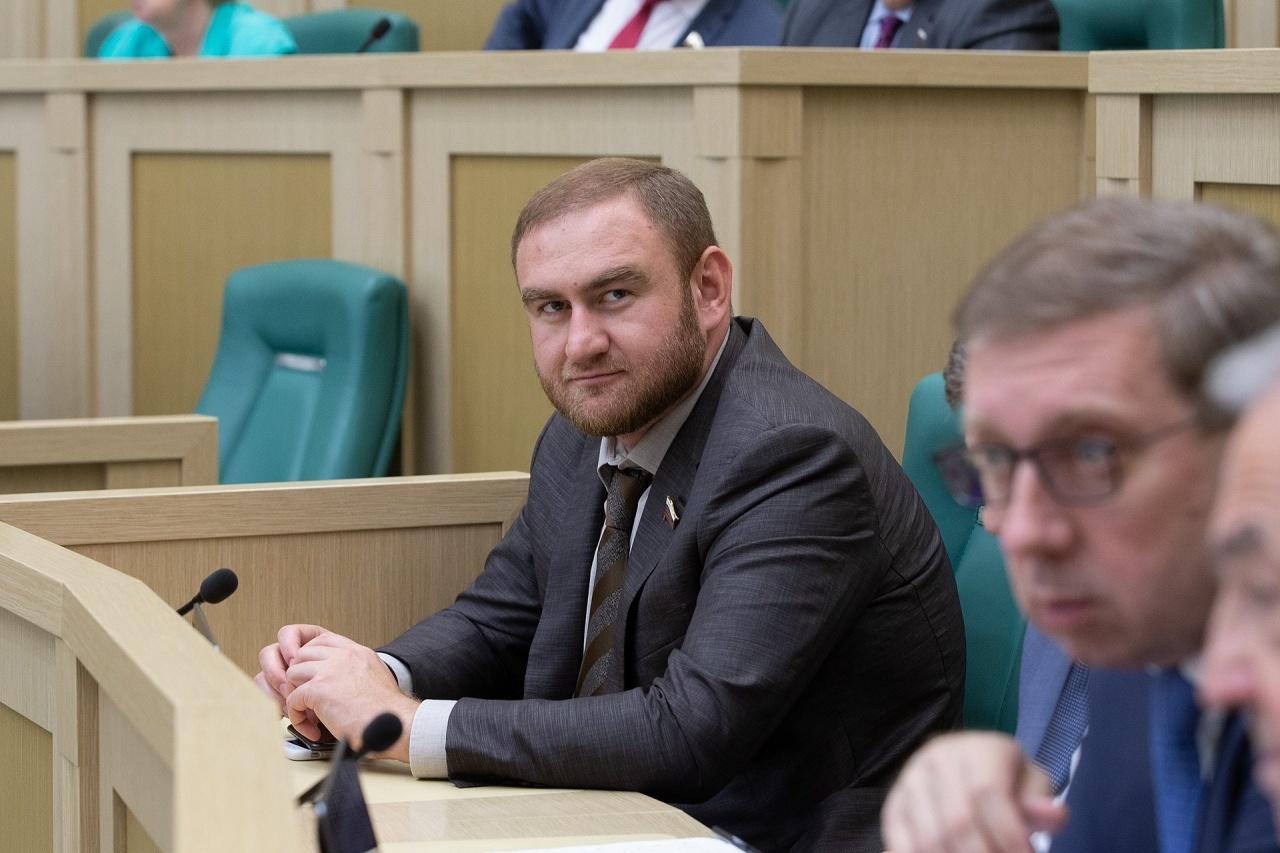 фото ЗакС политика Экс-сенатор Арашуков и его отец останутся в СИЗО до конца 2019 года