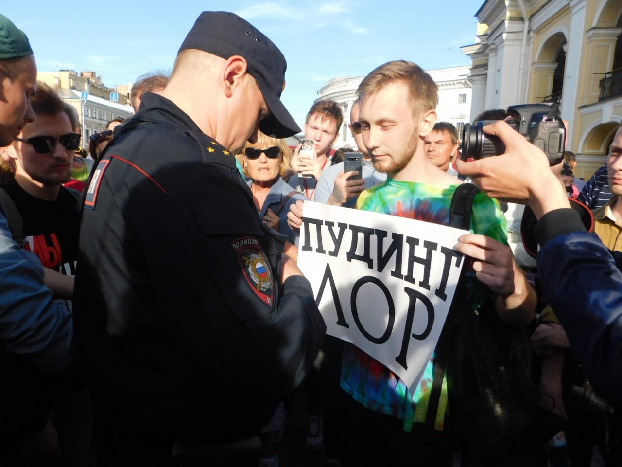 фото ЗакС политика Активиста задержали на сходе у Гостиного двора за плакат о пудинге