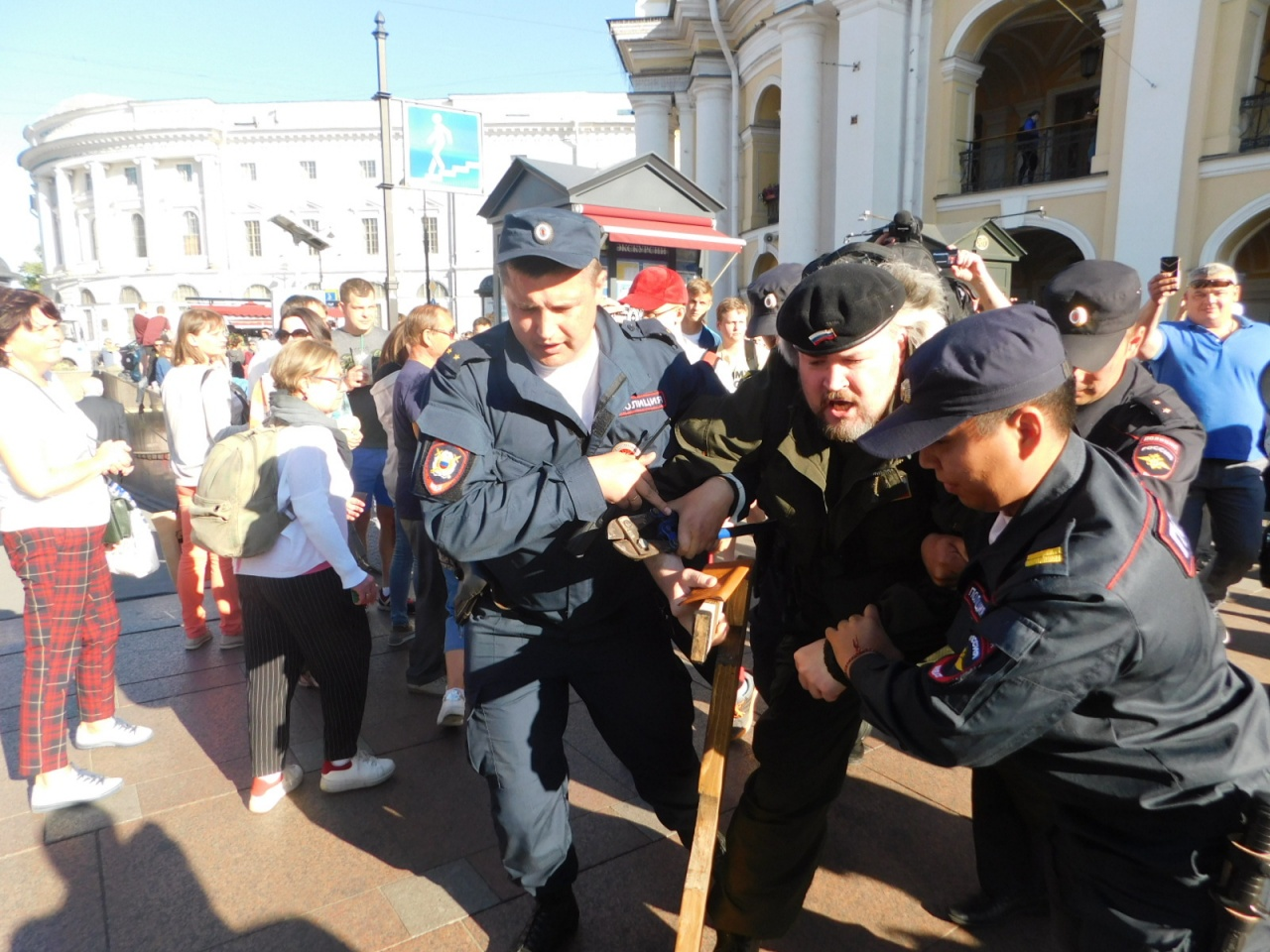 Активиста Казака задержали за одиночный пикет рядом со сходом против фабрикации дел