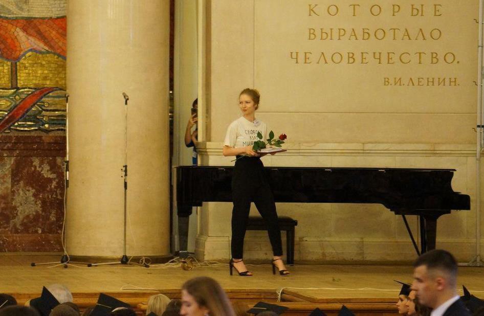 фото ЗакС политика Выпускница МГУ пришла на вручение красного диплома в футболке «Свободу Азату Мифтахову»