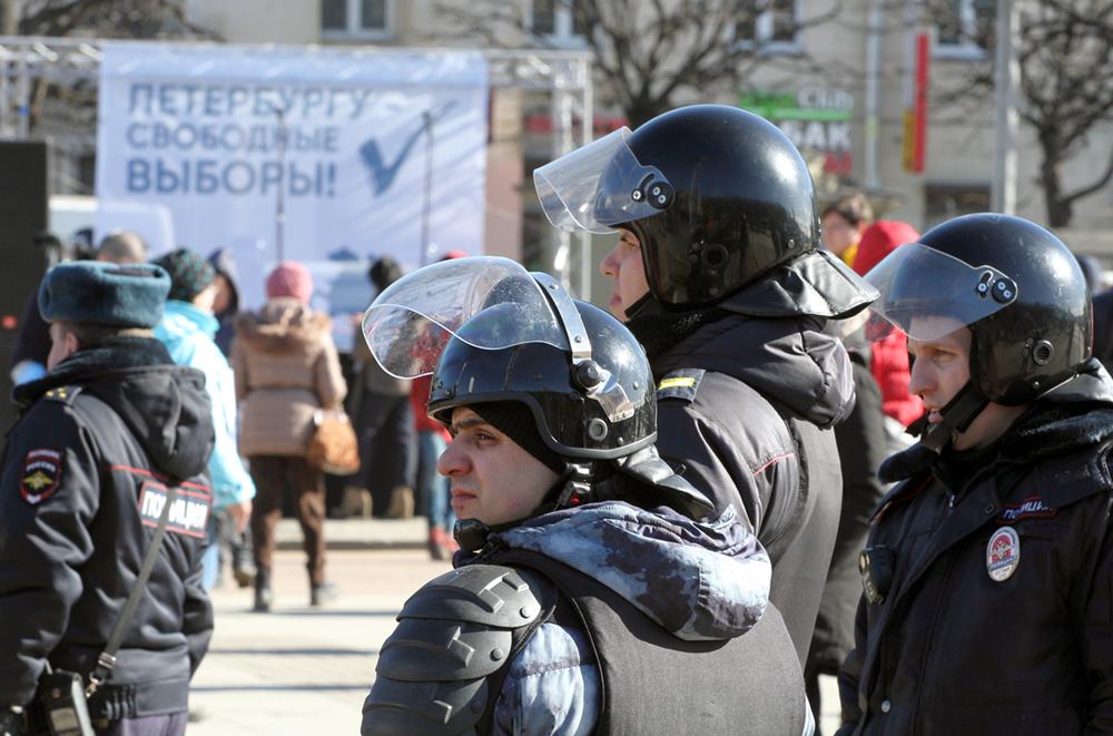 фото ЗакС политика Задержанного за плакат с Путиным подростка отпустили из Центра временного содержания