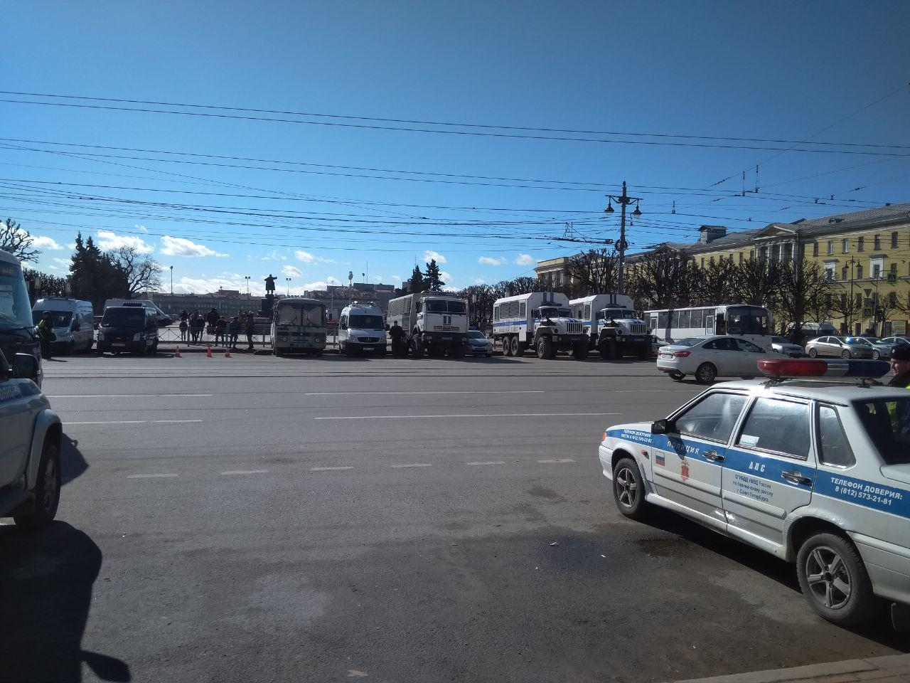 фото ЗакС политика Перед митингом за свободные выборы площадь Ленина оцепили многочисленная полиция и ОМОН