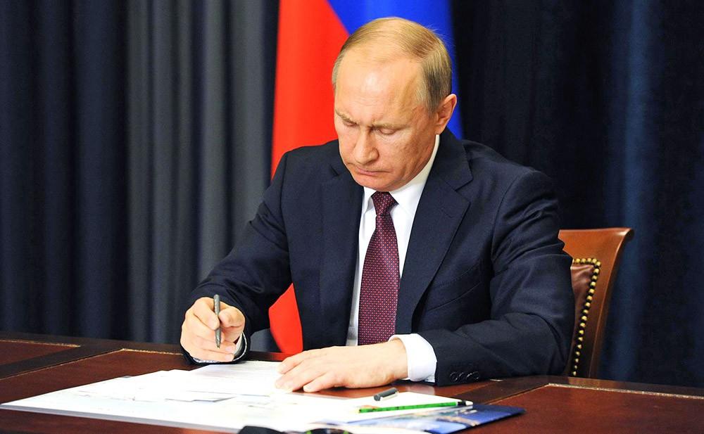 фото ЗакС политика Путин повысил зарплаты себе, Медведеву, главам силовых ведомств и другим руководителям