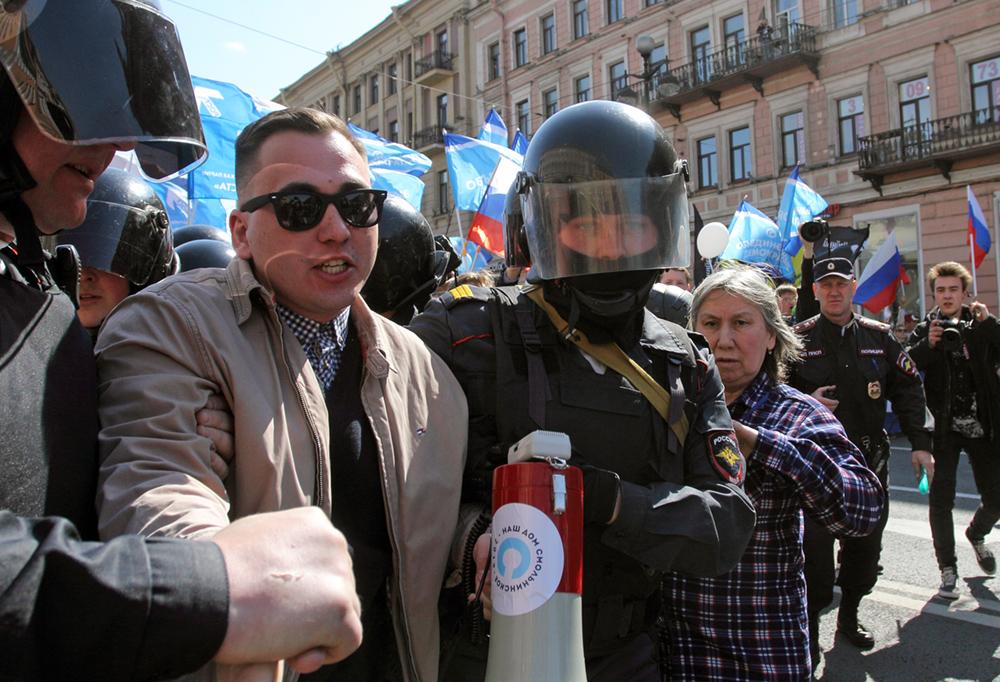 Суд вызвал полицейского и представителя Смольного как свидетелей по разгону Первомая