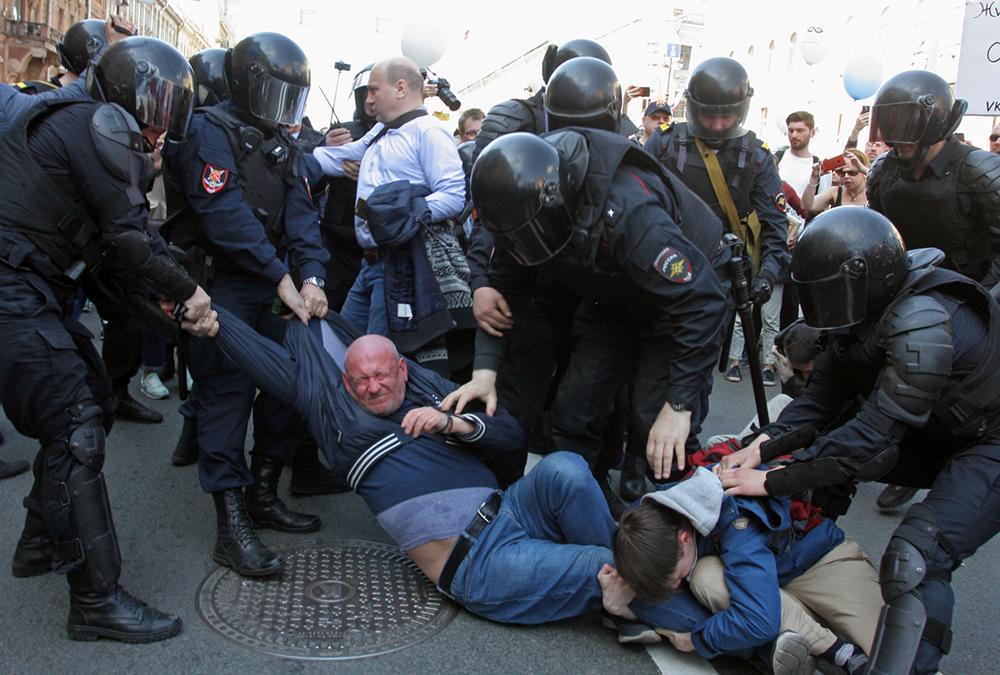 фото ЗакС политика В аппарате Москальковой сочли провокации активистов причиной массовых задержаний на Первомае