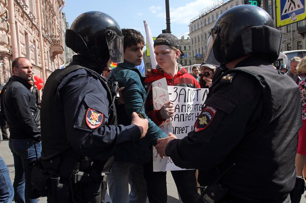 фото ЗакС политика Задержанных на Первомае в Петербурге везут в суд