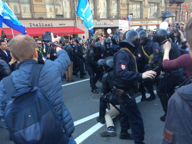 фото ЗакС политика Вишневский: Председатель Невского суда дал указание всех задержанных сегодня везти в суд