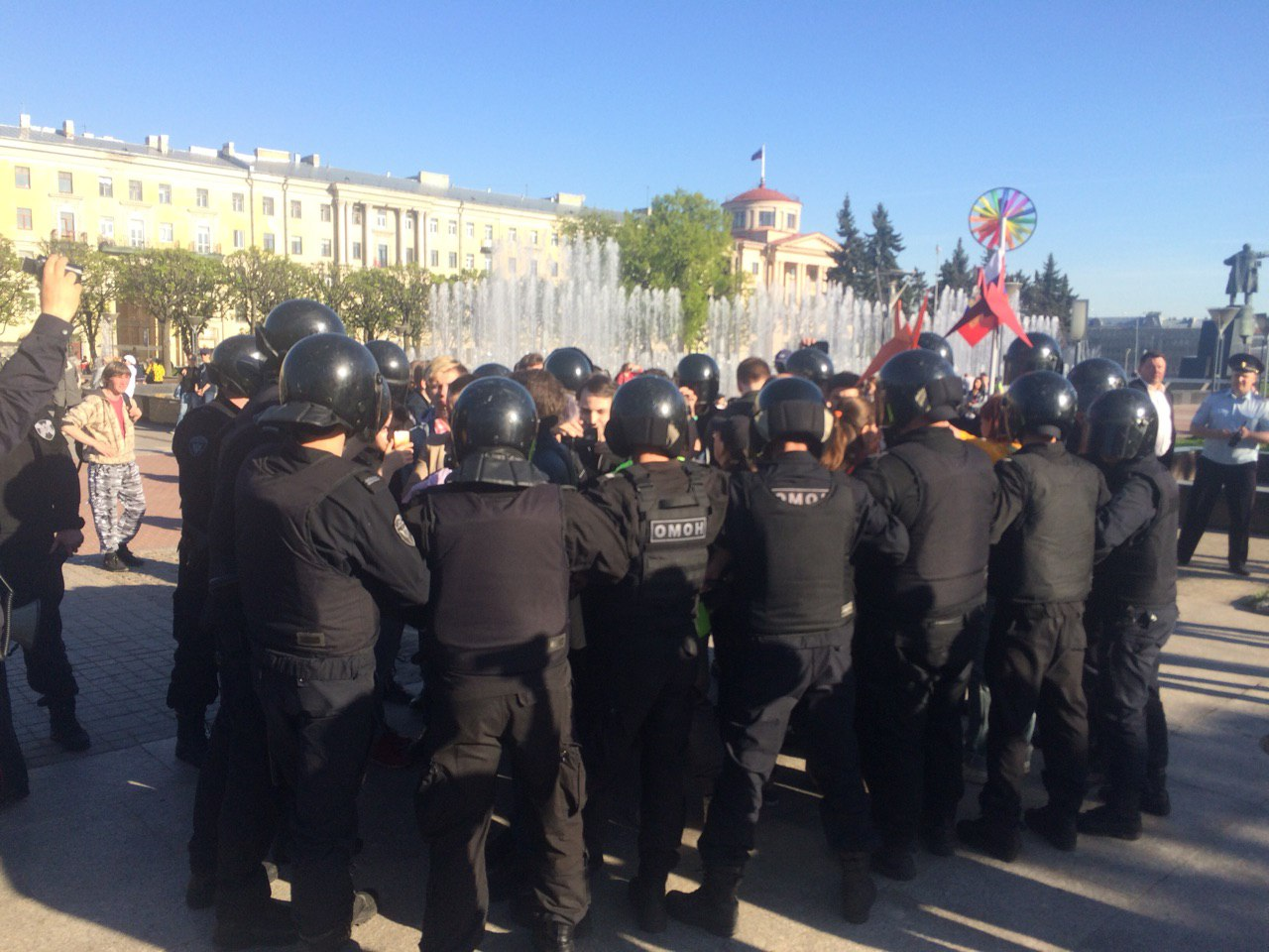 фото ЗакС политика Полиция задерживает ЛГБТ-активистов на площади Ленина