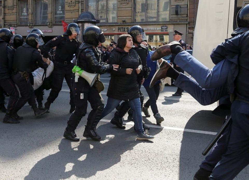 фото ЗакС политика Сломавшей плечо на петербургском Первомае активистке назначили штраф