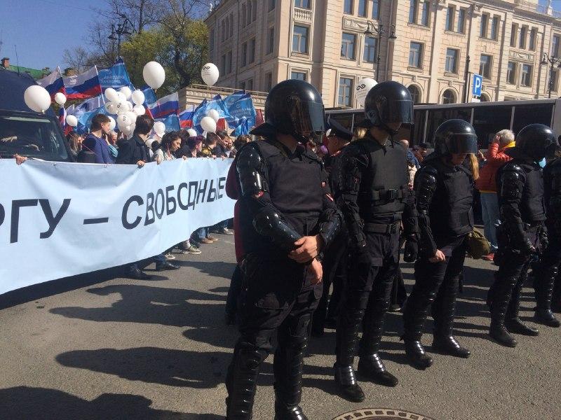 Росгвардия мешает движению демократической колонны на Первомае