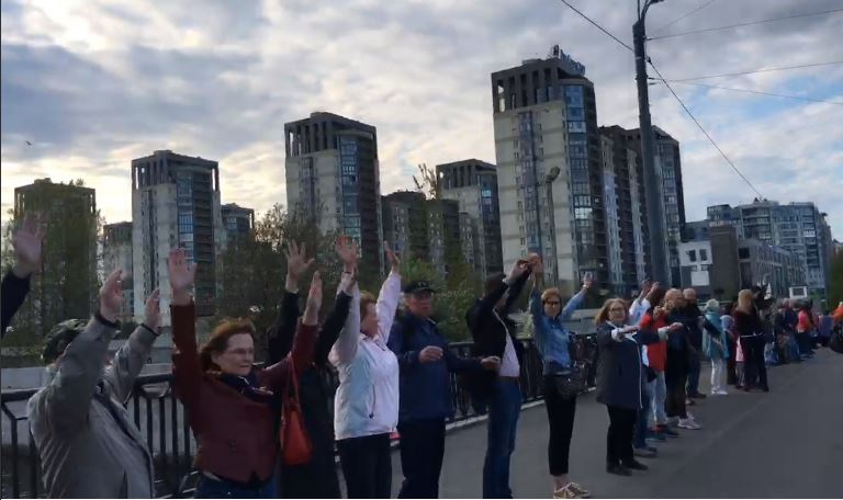 фото ЗакС политика Василеостровцы встали в очередь за парк на Смоленке