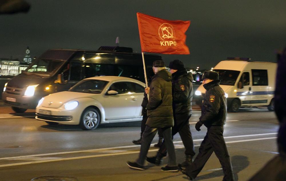 """фото ЗакС политика Суд прекратил дела участников шествия коммунистов к """"Авроре"""" 7 ноября"""