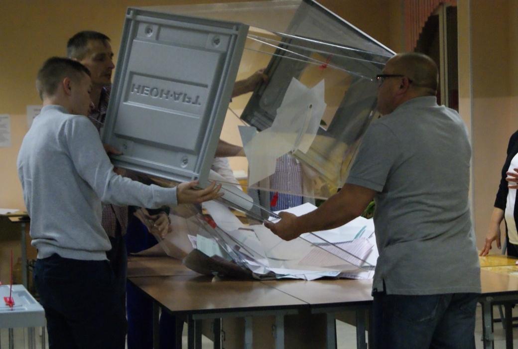 фото ЗакС политика ИКМО «Шувалово-Озерки» пересчитывает голоса в пользу «Единой России» и ЛДПР